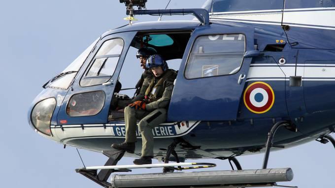Ein Helikopter der französischen Gendarmerie bei einem Suchflug. (Archivbild)