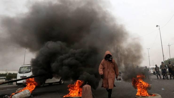 Proteste im Irak weiten sich aus: Eine brennende Barrikade am Sonntag in Bagdad