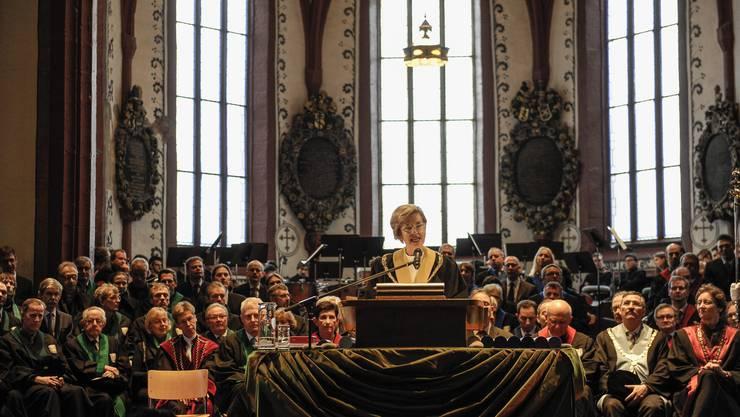 Uni-Rektorin Andrea Schenker-Wicki sprach in der Martinskirche zu den Gästen über Glück und Glücksgefühle. An die Politik appellierte sie: «Tragen Sie Sorge zur Universität.»