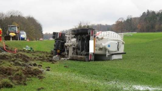 Auf der Bözberg-Passhöhe ist am Montagmittag ein Schüttgut-Transporter von der Strasse abgekommen und auf der angrenzenden Wiese umgekippt.