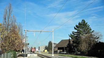 Die schlanke Profilstange (im Bild links in der Fortsetzung des Fahrleitungsmastes erkennbar) markiert den geplanten Antennenmast.