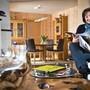 Sylvia Flückiger in ihrem Haus in Schöftland, das zu einem grossen Teil aus Holz besteht – auch ausländischem.