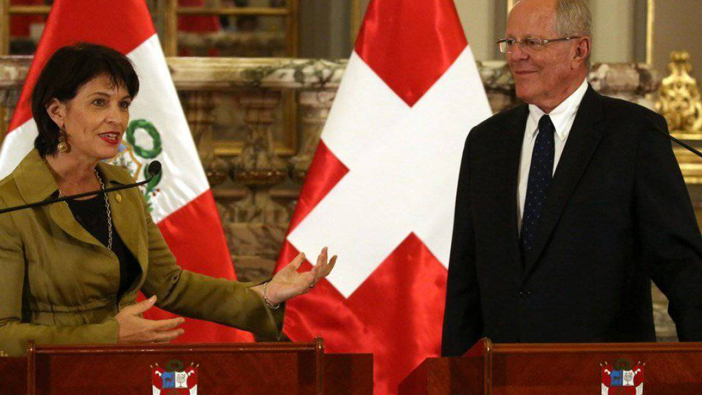 Haben vereinbart, die guten Beziehungen zwischen der Schweiz und Peru zu vertiefen: Bundespräsidentin Doris Leuthard (l.) und der peruanische Präsident Pedro Pablo Kuczynski, hier vor den Medien in Lima.