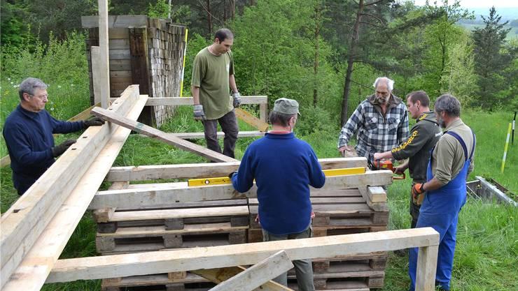 Vorbereitungen für das Eichwaldschiessen in Zeihen. REBI