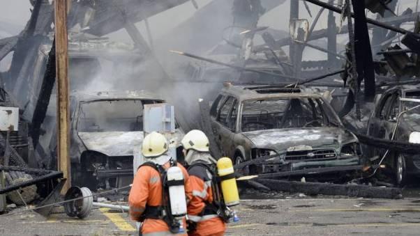 Feuerwehrleute bei einem Grossbrand in Schlieren