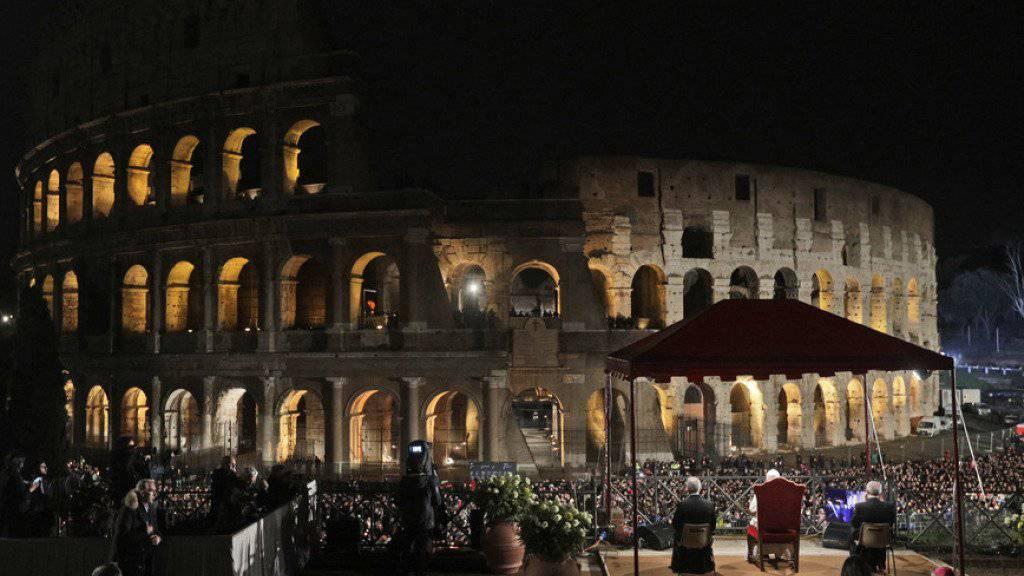 Der Papst folgte der Zeremonie in einem Pavillon auf einer erhöhten Terrasse gegenüber dem erleuchteten Kolosseum.