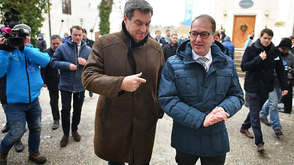 Der bayrische Ministerpräsident Markus Söder (links) und der Chef der CSU-Landesgruppe im Bundestag, Alexander Dobrindt, bei ihrer Ankunft zur Klausurtagung im Kloster Seeon in Bayern.