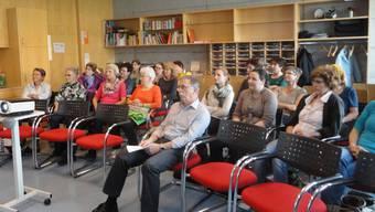 Lehrer und Senioren informieren sich über das Projekt «Generationen im Klassenzimmer».