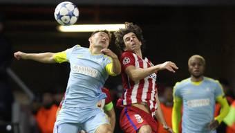 Kopfball-Duell zwischen Atleticos Tiago (rechts) und Astanas Muschikow