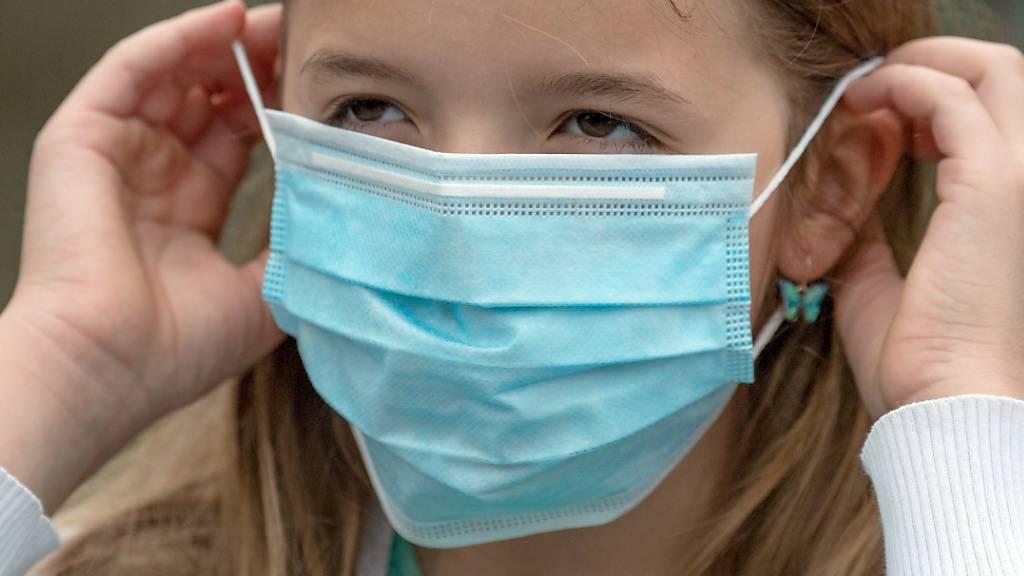 St. Galler Schülerinnen und Schüler müssen vorerst keine Masken tragen. Auch in Läden führt der Kanton derzeit noch keine Maskenpflicht ein (Archivbild).