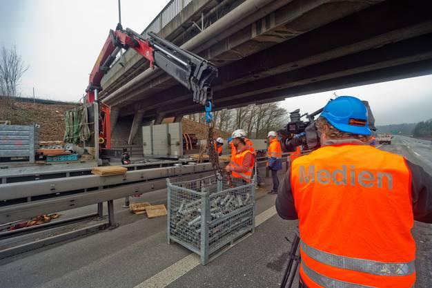 Die beschädigte Brücke wenige Stunden nach dem Unfall am 13. Januar 2014.