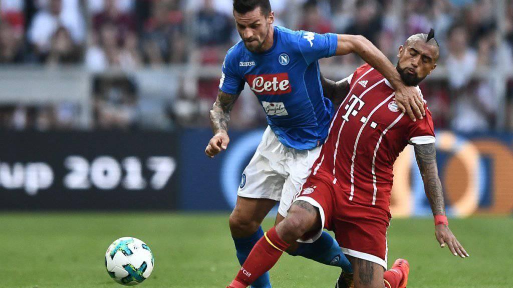 In Rücklage: Den Bayern (im Bild Arturo Vidal gegen Napolis Christian Maggio) lief es in den Vorbereitungsspielen alles andere als optimal