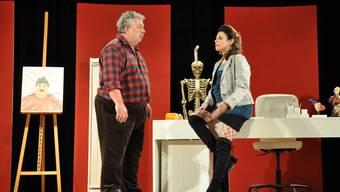 Schriftsteller Beni Anderhub (Thomas Bolliger) muss sich mit dem Edel-Callgirl Mona (Monika Widmer) herumschlagen.