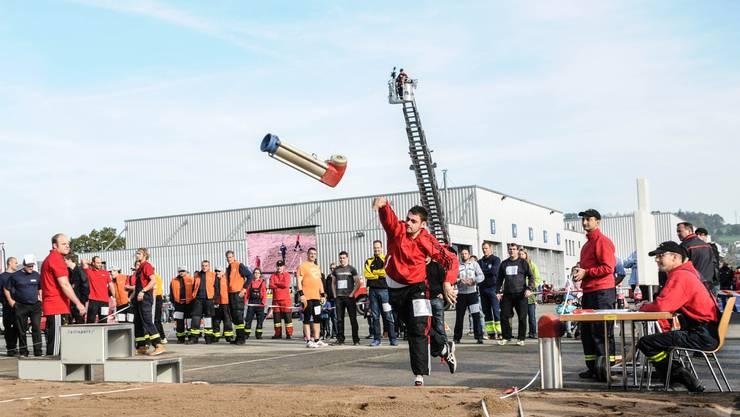 Der knapp 20 Kilo schwere, von der Firma vonRoll zur Verfügung gestellter Hydrant musste möglichst weit geworfen werden.