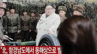 Das Fernsehen zeigt eine Archivaufnahme des nordkoreanischen Machthabers Kim Jong Un. (Archivbild)