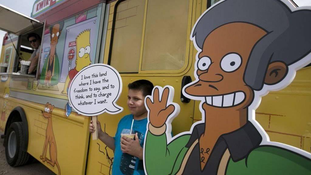 """Apu (r) aus """"The Simpsons"""" ist Inder und ein skrupelloser Geschäftemacher. Das sei ein rassistisches Stereotyp, wurde kritisiert. Die Macher der Serie konterten in der jüngsten Folge mit einem Dialog über """"politisch inkorrektes Verhalten"""", dessen Fazit lautet: """"wen kümmerts?"""" (Archivbild)"""