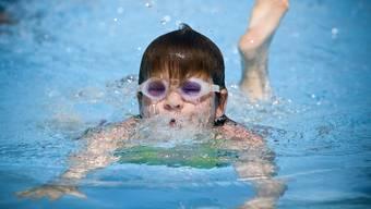 Wer seine Kinder in Basel-Stadt nicht in den schulischen Schwimmunterricht schickt, wird gebüsst. (Symbolbild)