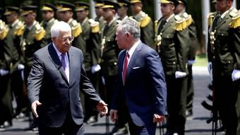 Palästinenserpräsident Mahmud Abbas (l) und der jordanische König Abdullah beim Empfang in Ramallah.