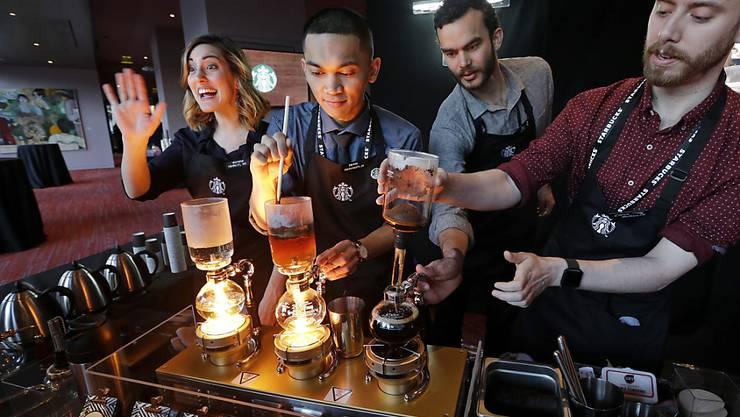 Die Starbucks-Angestellten können sich freuen: Die US-Kaffeerestaurant-Kette will 2018 ihren Angestellten mehr zahlen. (Archivbild)