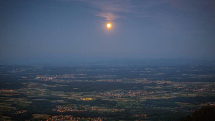 Kurz vor der partiellen Mondfinsternis, aufgenommen vom Balmberg aus.