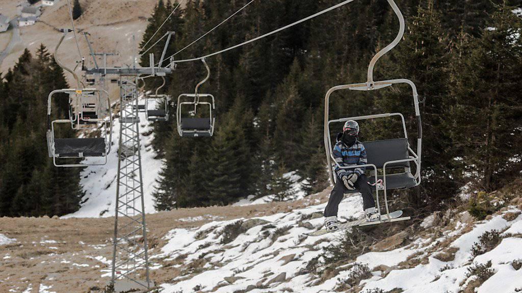 Wenig Schnee, wenig Gäste: Die Schweizer Seilbahnen sind auch, aber nicht nur wegen des abgelaufenen warmen Winters unter Druck. (Archiv)