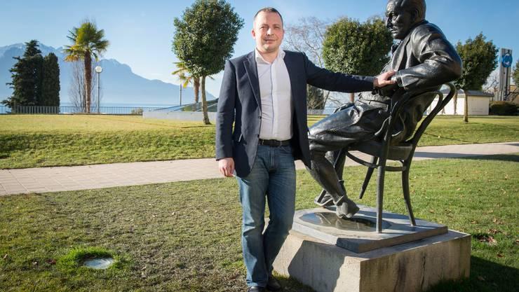 90 Prozent der Kunden von Sergey Sander sprechen Russisch. Der Geschäftsmann steht beim «Palace»-Hotel, neben der Statue des berühmtesten Russen von Montreux, Vladmir Nabokov.