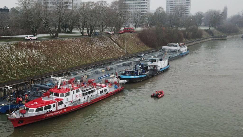 Nach dem Zwischenfall auf dem Rhein legte das Tankschiff im unteren Vorhafen der Schleuse Birsfelden an.