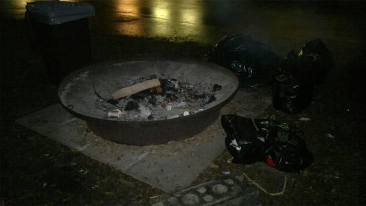 Abfallsäcke neben der Feuerschale. zvg