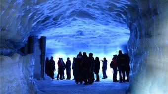 Viele wanderten schon auf einem Gletscher – in Island flaniert man auch hindurch. Sascha Rettig