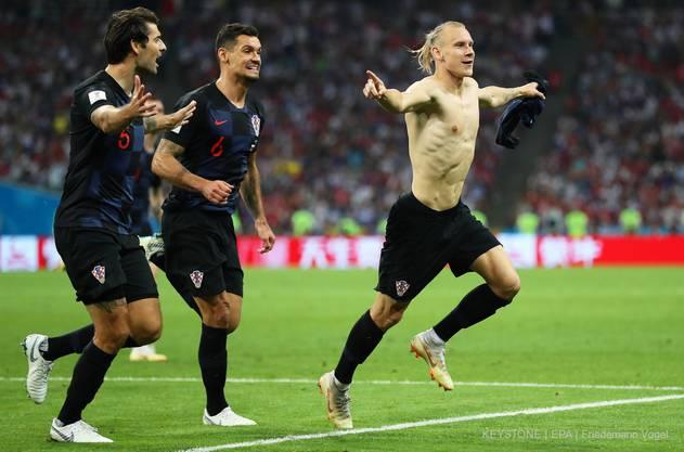 Kroatiens Vida bejubelt seinen Treffer mit nacktem Oberkörper.