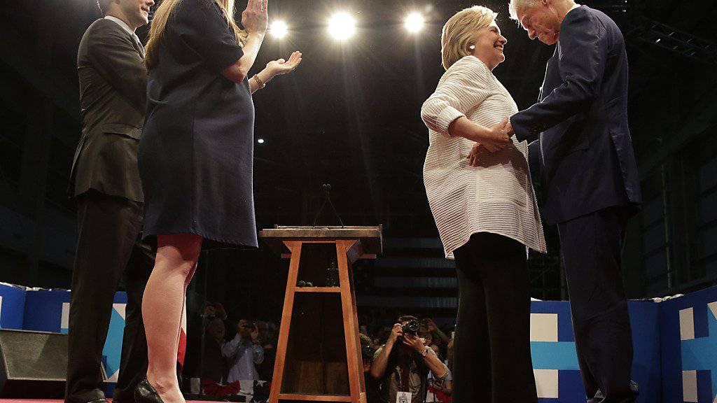Hillary Clinton erhält Gratulationswünsche des Präsidenten und von ihrer Familie. Links im Bild Ehemann Bill Clinton, rechts Tochter Chelsea.