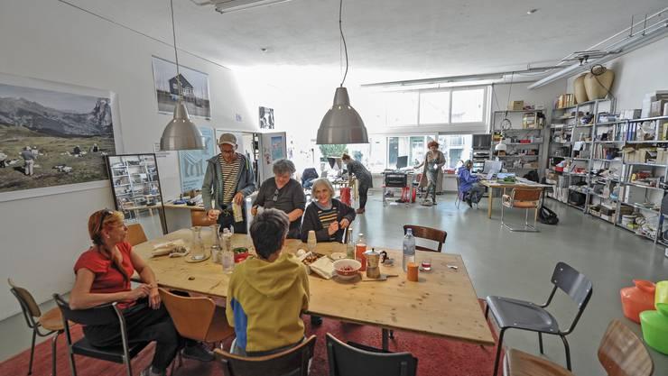 Im Gemeinschaftsraum der Genossenschaft Amerbach Studios wird das heutige Eröffnungsfest vorbereitet.