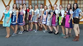 Welche Schuhe passen zu Dirndls? Die Mitglieder des Damenturnvereins Oberkulm posieren vor dem «Mass hoch!»