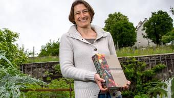 Autorin Marianna Serena mit dem neuen Lexikon der alten Gemüsesorten im wunderbaren Schlossgarten auf der Wildegg. Pascal Meier