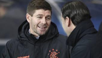 Steven Gerrard, der Trainer der Glasgow Rangers, am Donnerstagabend im Gespräch mit YB-Trainer Gerardo Seoane