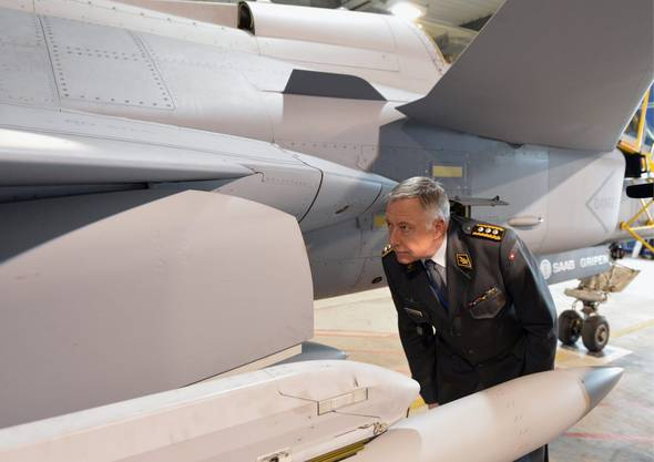 Armeechef André Blattmann nimmt den Gripen unter die Lupe.