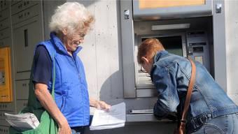 Wenn Sonja Vionnet (l.) fragt, unterschreibt praktisch jeder die Petitionfür den Erhalt einer richtigen Post in Würenlos.