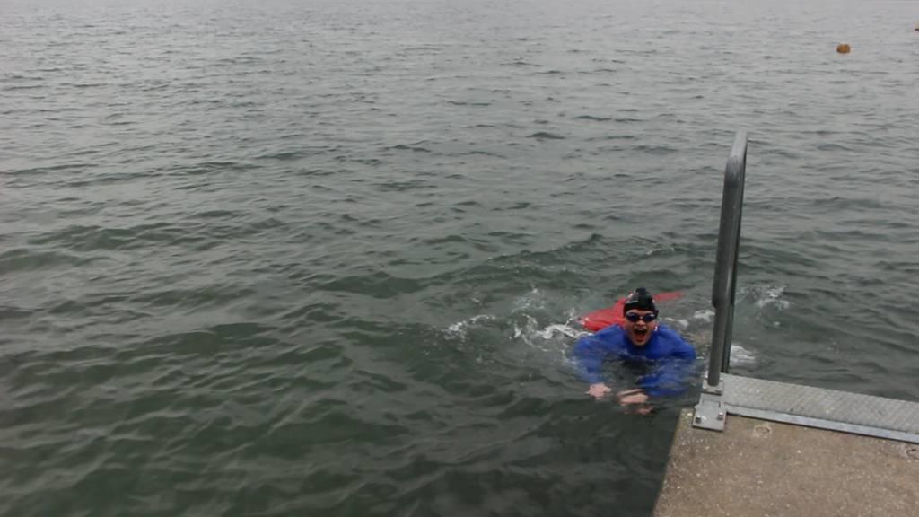Bisang schwimmt im kalten Hallwilersee