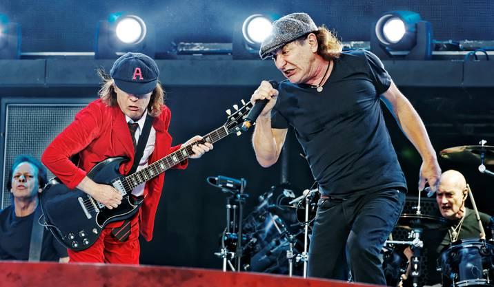 Gitarrist Angus Young und Sänger Brian Johnson geben auf der Bühne alles.