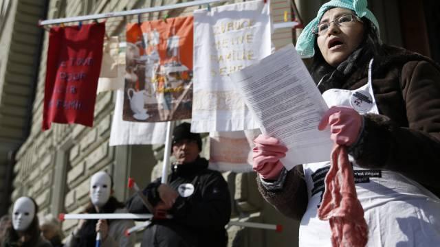 """Ehemalige """"Sans-papiers"""" spricht bei der Einreichung der Petition"""