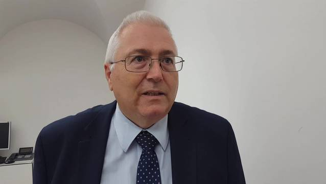 Jonas Motschi, Chef Amt für Wirtschaft und Arbeit, freut sich über den Kauf.