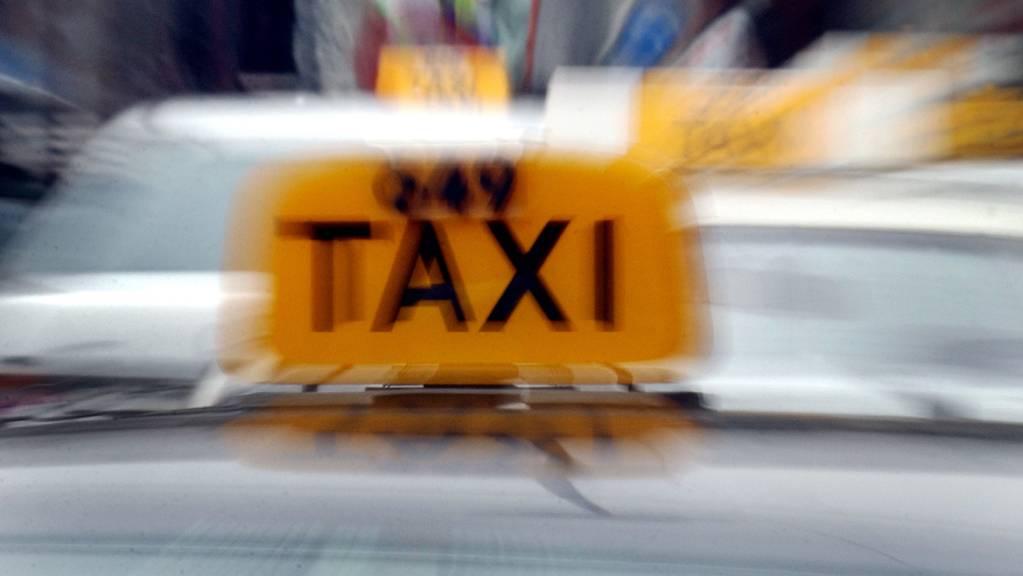 Tatort Taxi: Beschuldigter und Komplizen müssen sich vor Kriminalgericht verantworten. (Symbolbild)