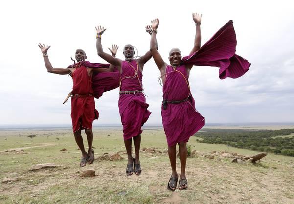 Kenianische Massai-Krieger beim traditionellen Tanz.