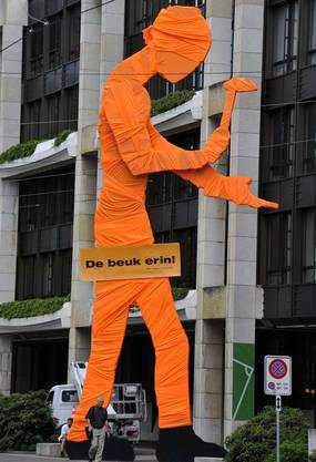 Der Hammering Man in Orange.