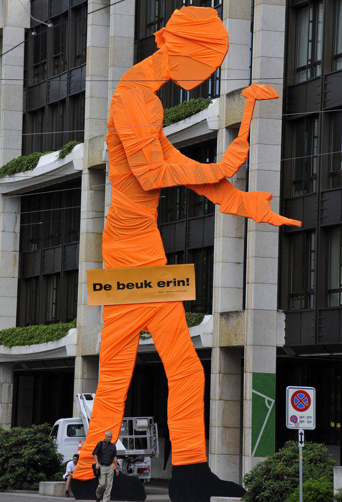 Der Hammering Man in Orange.