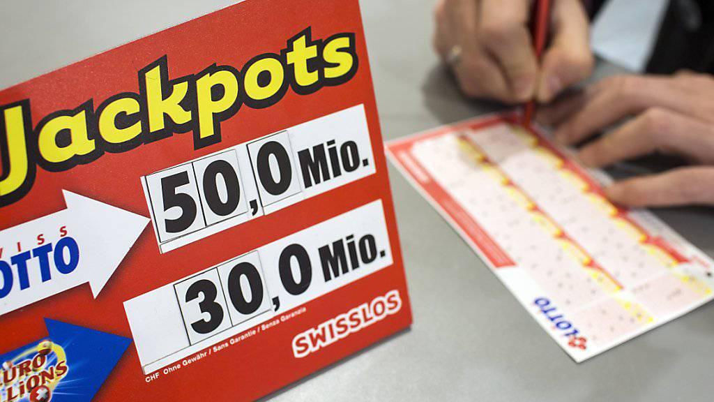 Wer im Lotto oder im Online-Casino mehr als eine Million Franken abräumt, zahlt weiterhin Steuern. Das hat das Parlament nach drei Beratungsrunden beschlossen. (Themenbild)