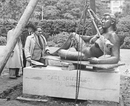 Der Carl-Spitteler-Quai wurde 1940 mit der Skulptur «Die Liegende» aufgewertet. Links im Bild der Künstler Roland Duss.