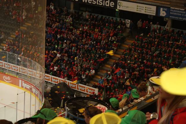 Im Eishockeystadion treffen ein letztes Mal alle Teilnehmer aufeinander, um sich voneinander zu verabschieden.