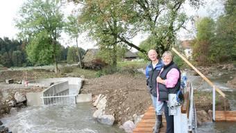 Strom von der Suhre: Heidi Zumbühl und Andreas Steinmann stehen beim Wasserwirbelkraftwerk. (Bild: BA)