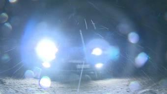 Kaum fiel der erste Schnee, stiegen sie in ihre Autos und gaben richtig Gas: Junge Autofahrer trafen sich auf der Staffelegg, um über den Schnee zu schlittern. Was die Polizei wohl dazu sagt?